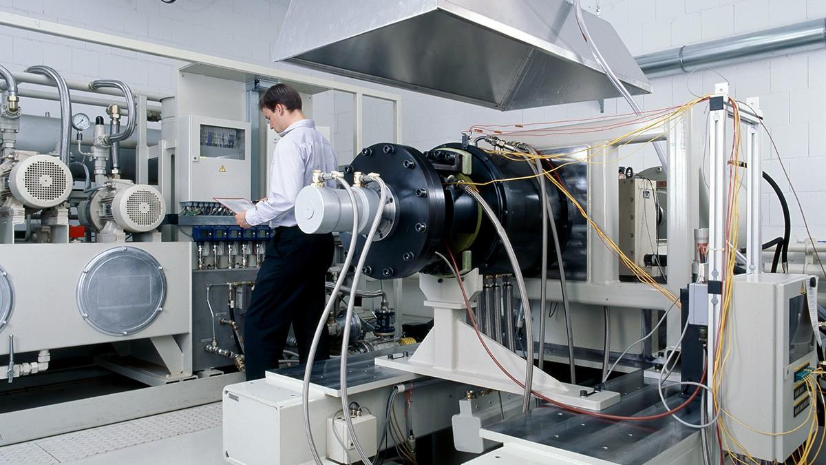 A nossa gama de serviços inclui - além do desenvolvimento e fabrico dos produtos descritos - a realização de testes em dispositivo e de teste de pré-qualificação, bem como o diagnóstico e reparação de rolamentos aeroespaciais.