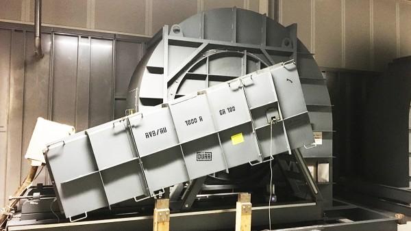Ventilador radial accionado con correa en la sección de extracción de aire del taller de pintura