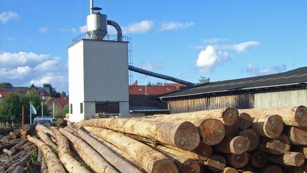 Vista exterior da serração de madeira